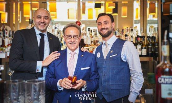 Salvatore Calabrese (al centro) celebra i 100 anni del Negroni all'Hotel Savoy di Firenze