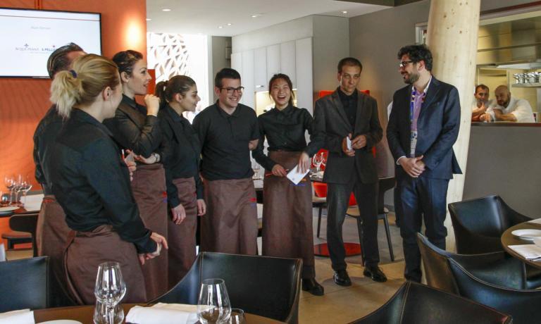 Salvatore Iandolino, a destra, con i ragazzi di sala