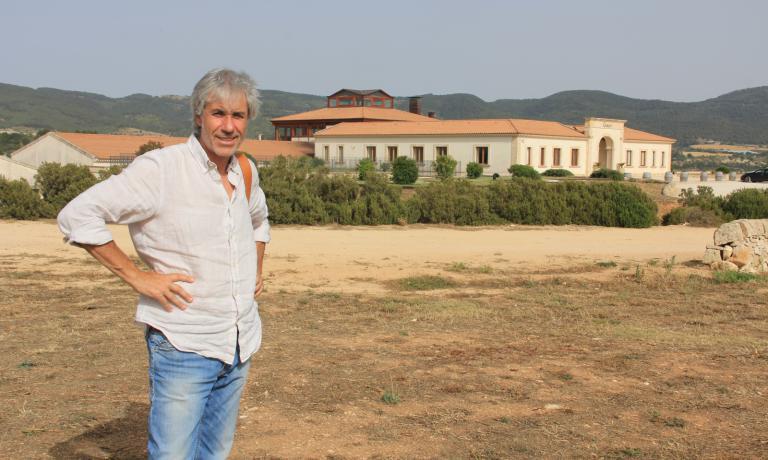 L'enologo Salvo Foti davanti alla cantina Gulfi, che guida insieme al fondatore e proprietario Vito Catania