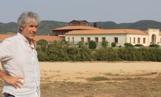 L'enologo siciliano all'esterno della Cantina Gulfi, a Chiaramonte Gulfi, azienda che segue da alcuni anni
