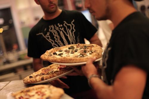 Prendere l'auto e uscire da Napoli, andare in provincia per mangiare una buona pizza. Finmo a qualche tempo fa, una cosa impensabile. Oggi è realtà, grazie al fiorire d'indirizzi d'eccellenza fuori città. Francesco Salvo ci racconta (con giustificato orgoglio) questa nuova tendenza, che lo premia