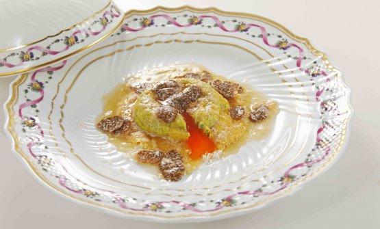 """Uovo in raviolo """"San Domenico"""" con burro di malga, parmigiano dolce e tartufo di stagione"""