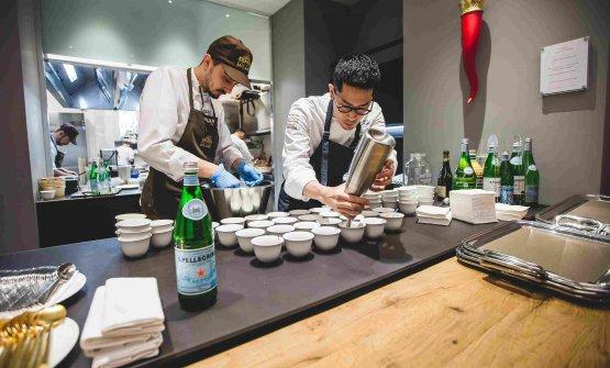 I tre finalisti dell'anno scorso hanno proposto dei loro piatti al pubblico, lavorando nelle cucine di Identità Golose Milano. Yasuhiro Fujio