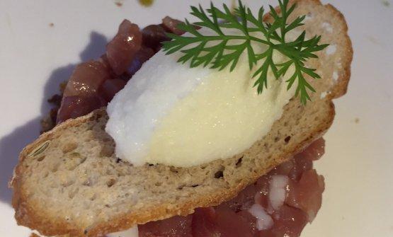 Speck tagliato a coltello servito con crema di cetrioli e gelato al burri salato, piartto bandiera dello chef Riki Gaspari