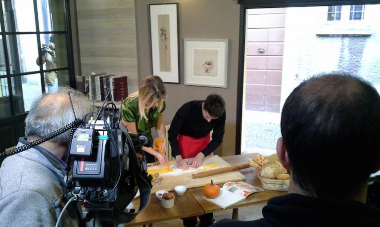 Marta Scalabrini è stata ospite anche in una puntata di Linea Verde su Rai 1, qui nella foto mentre nel suo locale prepara della pasta ripiena assieme con la conduttrice Federica de Denaro