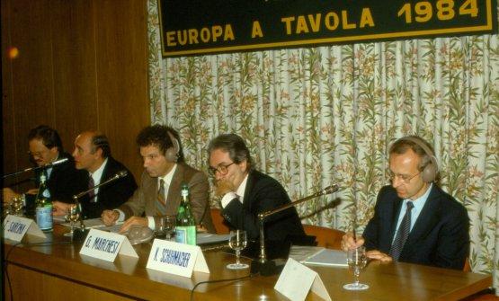 Europa a Tavola, 1984. Da sinistra lo svizzeroPaul Wannenwetsch, il francese Alain Chapel, Toni Sarcina, Gualtiero Marchesi e l'austriacoKarl Schuhmacher, un asso della pasticceria