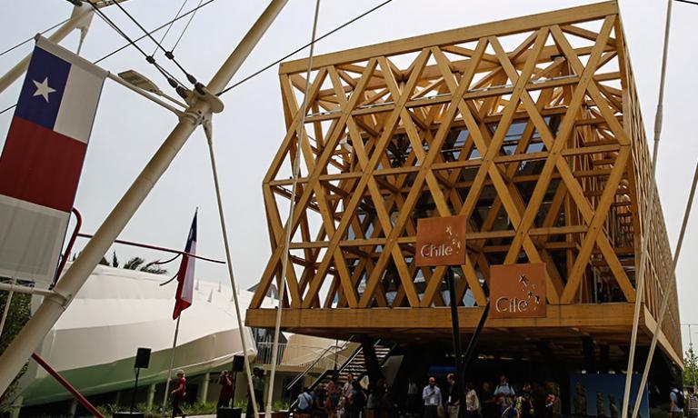 Il padiglione del Cile a Expo 2015 racconta l'originalità gastronomica del Paese andino.Il menu è stato creato dalla star nazionale della cucina, il giovane Rodolfo Guzman