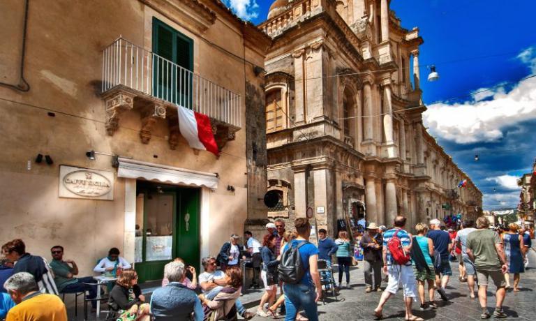 BENGODI ANOTO. L'ingresso del Caffé Sicilia, telefono+39.0931.835013, tappa imperdibile percuochi e palati fini da tutto il mondo (foto Alfio Bonini/Dissapore)