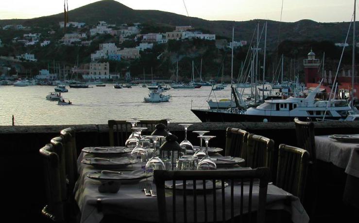 """Uno scenografico tavolo del ristoranteAcqua Pazza, """"unascaglia diCampania Felixalla deriva nel mare del basso Lazio"""", scrive Andrea Cuomo nel ritratto di Gino Pesce e Patrizia Ronca"""