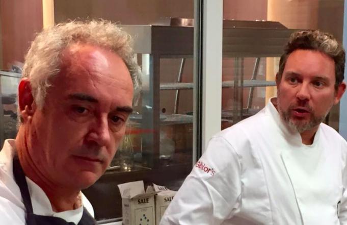 Albert Adrià col fratello maggiore Ferran l'anno scorso al Refettorio Ambrosiano di Massimo Bottura (foto Zanatta)