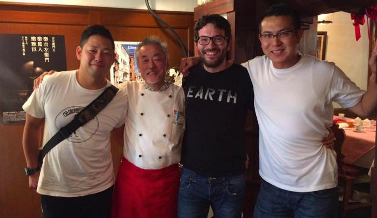 Giuseppe Iannotti, secondo da destra,in una delle sue frequenti escursioni in Giappone, assieme ai suoi sous chefTadashi Takayama (a destra)ed Eugenio Vitagliano. Secondo da sinistra, lo chef del ristorante Motoi di Kyoto