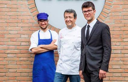 Il cuoco Mattia Spadone (a sinistra), con papà Bruno e il fratello Alessio Spadone (in sala)