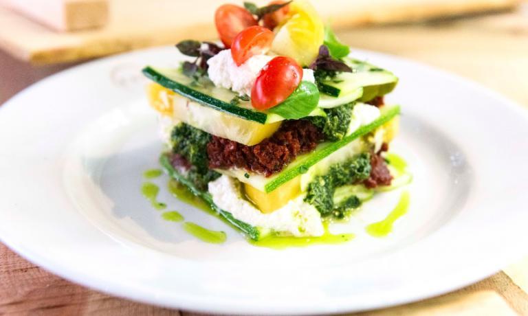 Lasagna di zucchine con pomodori e marinara piccante, il piatto crudista di Matthew Kenney
