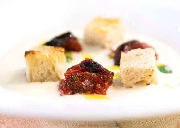 Zuppa di Grana Padano con pomodori pelati e pane raffermo, piatto in carta negli Spaziodi Niko Romito:acidità, nota alcolica e dolcezza