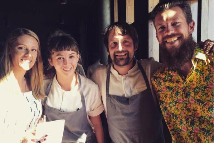 """Con Rene Redzepi (secondo da destra) e due clienti.Il sogno di Jessica? """"Aprire un ristorantenel quale poter esprimere l'amore per la cucina italiana e gli ingredienti nordici"""""""