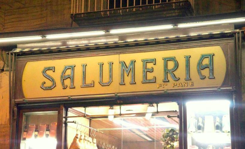 Non solo indirizzi in cui sedersi a mangiare: a Napoli si possono fare spese memorabili, come le prelibatezze salate dell'Antica Salumeria di Pasquale Pane, aperta in via Settembrini 111 nel 1864