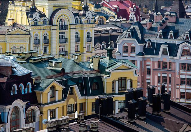 Vozdvyzhenka, quartiere edificato ai primi Duemila, poi diventato città fantasma e ora base di un quartiere hisptermolto alla moda con i migliori caffè di Kiev:Coffee in Action,Cafe Boutique,Svit Kavy,Espresso Holic,London cafe