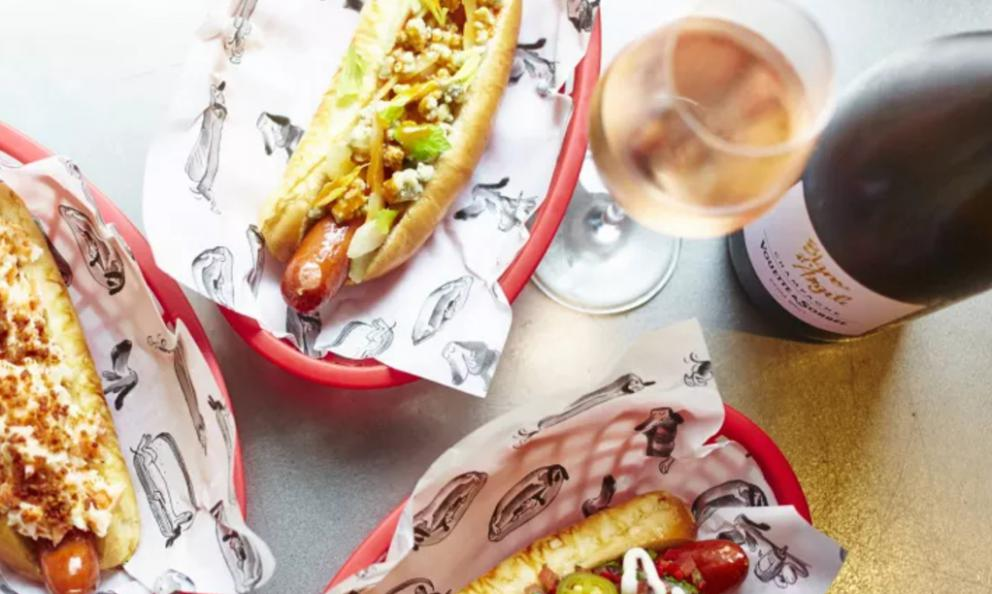 Hot dog e champagne da Bubbledogs, al 70 di Charlotte street, +44.(0)207.6377770 (foto www.bubbledogs.co.uk)