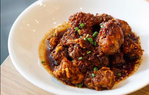 Adobo di pollo e aglio del ristorante Manam di Makati, Manila, una ricetta e un ristorante di autentica cucina tradizionale filippina