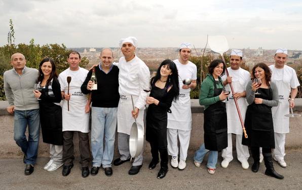 Lo staff de La Gatta Mangiona... e Giancarlo Casa con bottiglia in mano!