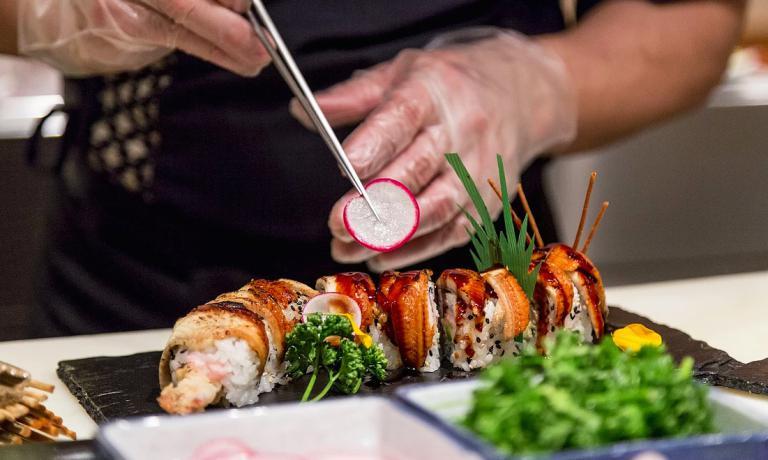 Un piatto di sushi e anguilla del ristoranteSush