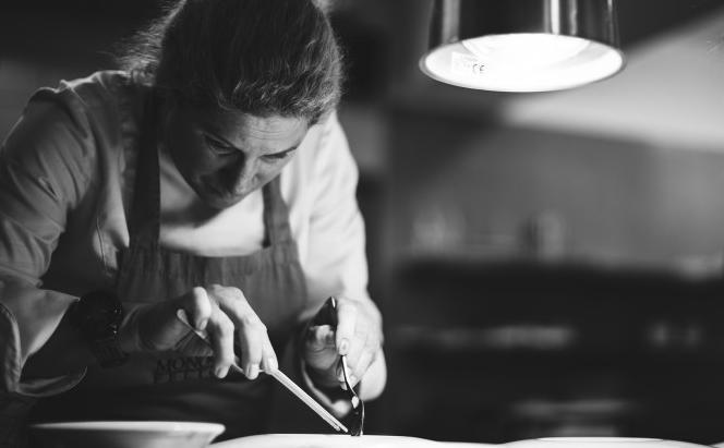 Ana Roš, chef del ristorante Hiša Frankodi Caporetto, in Slovenia, è stata insignitaquesta mattina del titolo diWorld's 50 BestChef 2017. Nell'albo d'oro succede alla brasiliana Helena Rizzo, alla francese Hélène Darroze e all'americana Dominique Crenn. L'intervista che segue è la versione italiana di un pezzo pubblicatoa ottobre sulla rivista turca Feed diArzu Sak