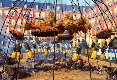 Il maxi-asado preparato in Plaza del Rey daFrancis Mallmann