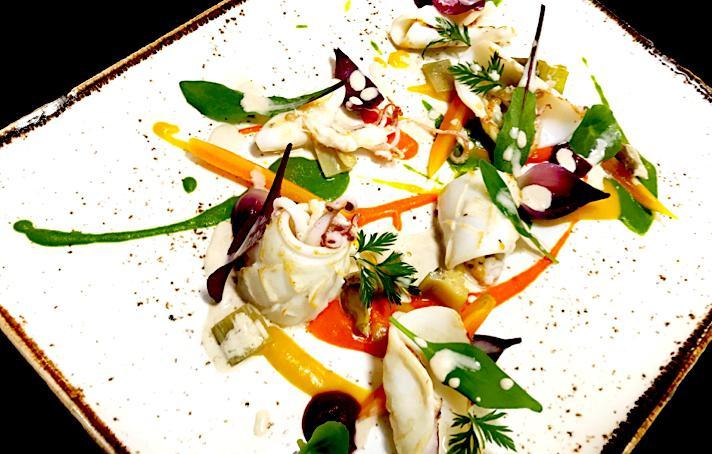 Calamari e totanetti alla griglia, erbe e verdure