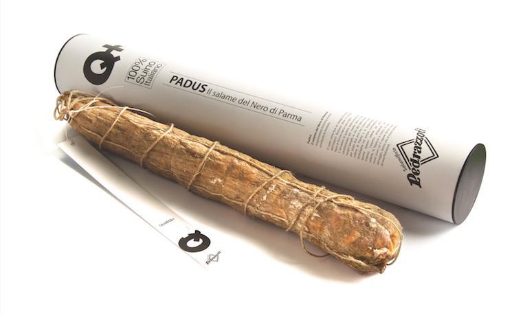 La famiglia Pedrazzoliintende l'arte norcina in modo brillante e contemporaneo, dando vita a prodotti notevoli come il Salame Padus Nero della foto