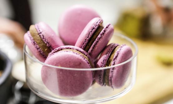 Macarons al cioccolato e prugne firmati Andrea Valentinetti