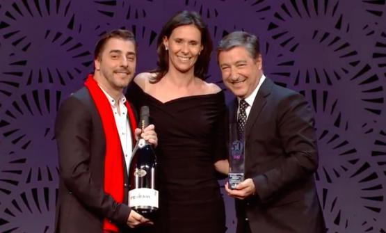 Camilla Lunelli di Cantine Ferraripremia Jordi e JoanRoca del Celler de Can Roca di Girona, Spagna, con l'Hospitality of the year award 2017