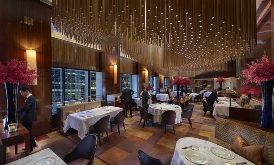 La sfarzosa sala del ristorante Amber di Hong Kong, cucina franco-asiatica firmata da uno chef olandese,Richard Ekkebus (foto Amber)