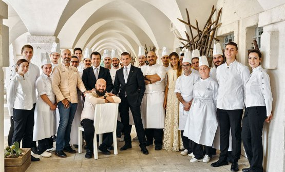 The staff at Due Camini. The excellent Giuseppe Cupertino, the dark-dressed tall guy in the middle, takes care of the wine