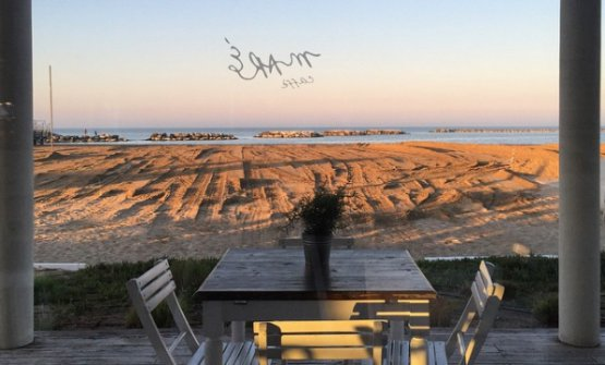 Tavoli del Maré di Cesenatico con vista sulla spiaggia