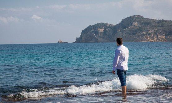 Alberto Ferruz del ristoranteBon AmbdiAlicante in Spagna, due stelle Michelin dall'edizione 2017, scruta il mare della Costa Blanca, punto di partenza per tante sue creazioni (foto bonamb.com)