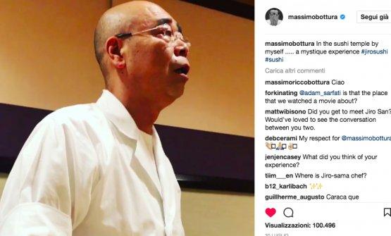 """Massimo Botturada Jiro, il 20 luglio scorso. Scrive suInstagram: """"Nel tempio del sushi da solo. Un'esperienza mistica"""". Nell'immagine,Yoshikazu Ono, figlio ed erede designato di Sukiyabashi Jiro"""