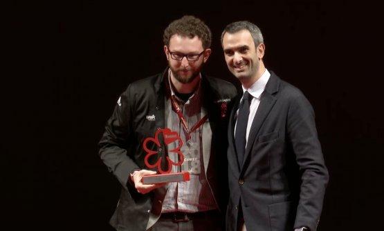 Il premio ad Alessio Longhini, con lui è Marco Lavazza, vicepresidente Lavazza