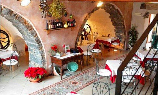 La sala delBorgo dell'Etna di Giarre, popoloso comune dell'Etna, telefono +39.095.2883152. Lo chef Leopoldo Pennisi prepara con lo stesso mestiere carne e pesce