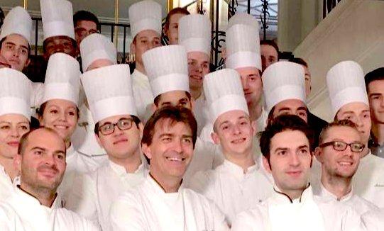 La brigata delPavillon Ledoyen. In primo piano,Yannick Alléno (al centro) e Martino Ruggieri (a destra). Alle 3 stelle del Pavillon,Allénone associa altre 3 al ristorante 1947 di Courchevel
