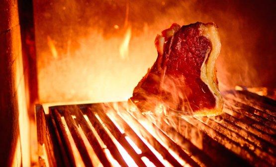 Carne nel fuoco al ristorante-braceria Bifulco a Ottaviano (Napoli), telefono+39.0818273538