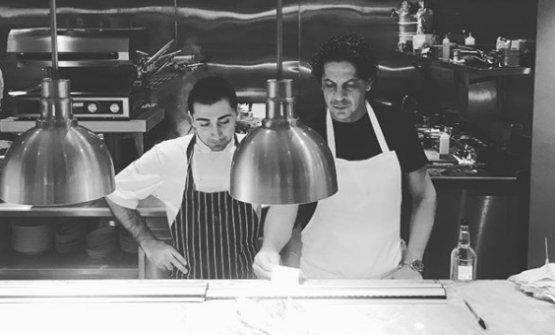 A destra Francesco Mazzei conFrancesco Chiarelli, executive chef di Fiume, terzo ristorante aperto dal cuoco calabrese a Londra dopoSartoriaeRadici(foto instagram)