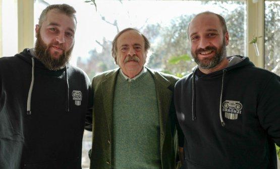 Gianni Rossi tra i ragazzi del birrificioGli Sbronzidi Reggio Calabria