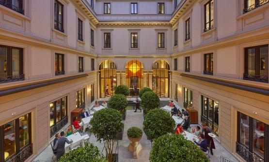 La corte interna del Mandarin Oriental di Milano