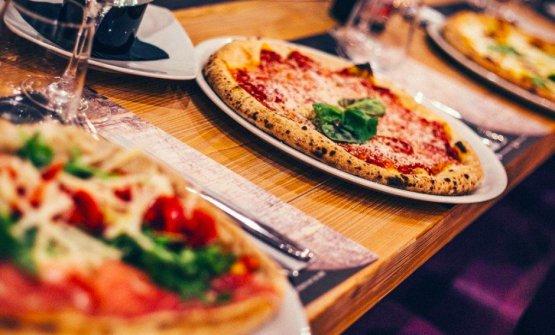 Al tavolo della Pizzeria Da Zero in via a Luini 9