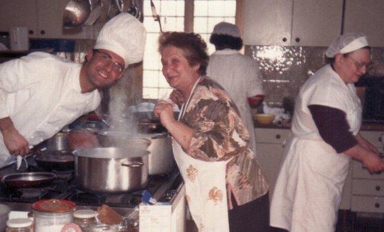 Una foto storica: Massimo Bottura, sua madre Luisa e, sulla destra,Lidia Cristoni alla Trattoria del Campazzo
