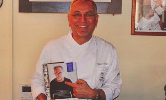 """Coccia mostra orgoglioso un'intervista a Ferran Adriàapparsa su Vanity Fair. Per il catalano, """"Coccia fa alta cucina, al pari diJoël Robuchon"""""""