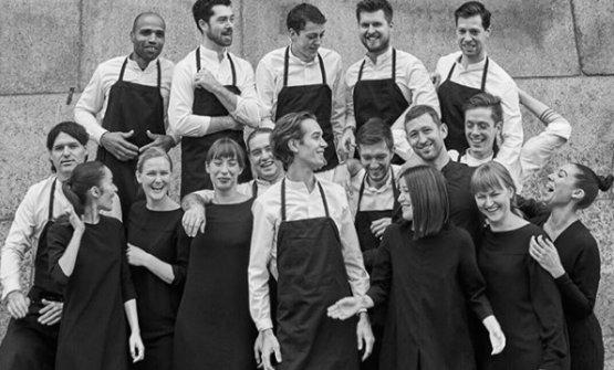 Il team di Aska, ristorante di Brooklyn, 2 stelle Michelin. Al centro in prima fila, lo chefFrederik Berselius (foto tratte da Instagram/askanyc)