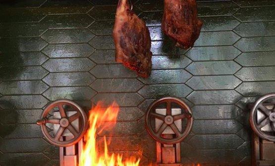 Cosce d'agnello sul fuoco (foto instagram/kobewulf)