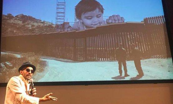 JR Artist e l'installazione a cavallo del muro tra Messico e Stati Uniti