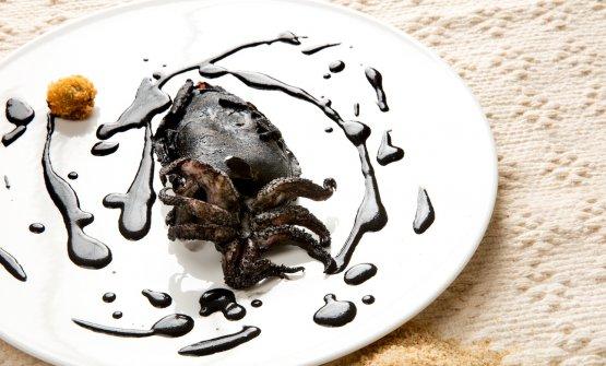 Seppia e pane: i due ingredienti principali di un piatto che in particolare sfrutta tutte le parti della seppia. (Tutte le foto sono di Davide Dutto)